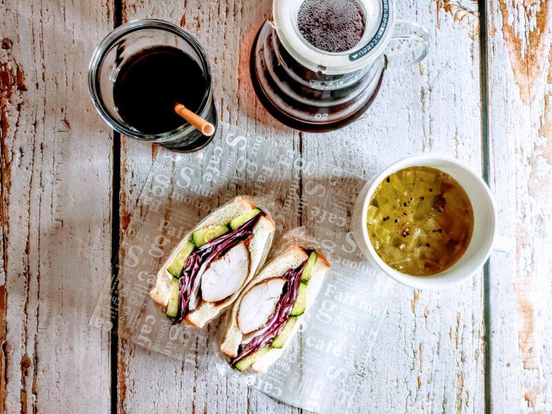 ロティサリーチキンサンドとチキンスープ、水出しアイスコーヒーの写真