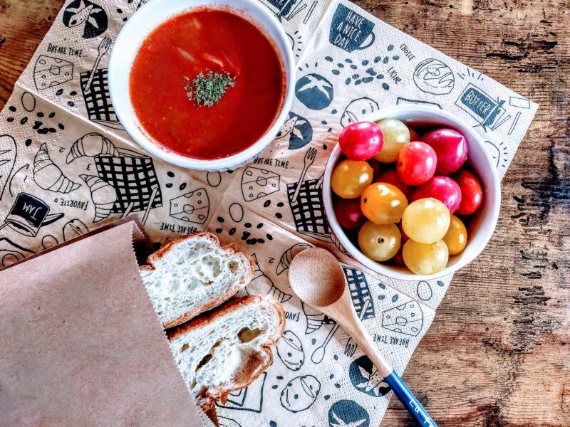 トマトスープと塩バターパンの朝食