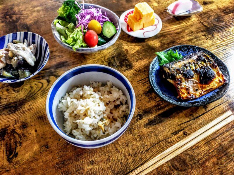 冷凍あさりの炊き込みご飯と和食のおかず