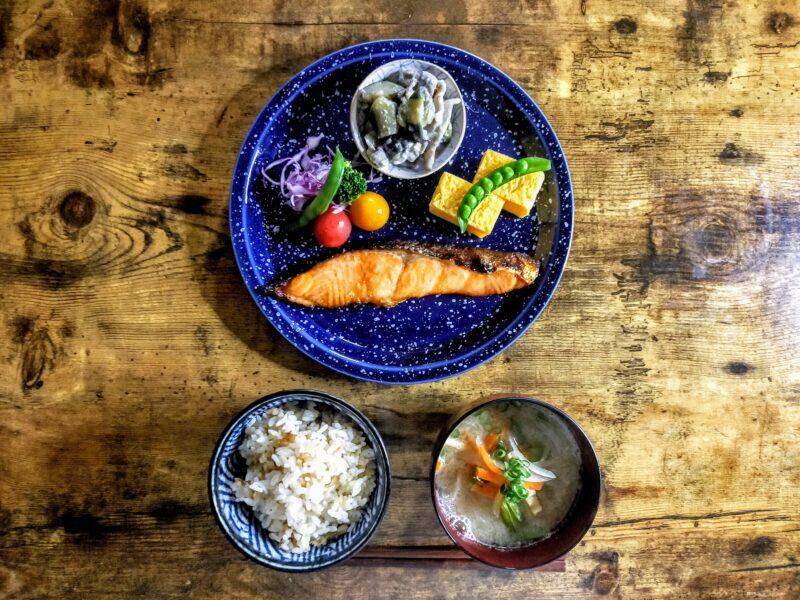 冷凍あさりの炊き込みご飯と焼き鮭