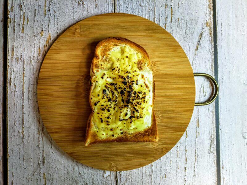 チーズをバーナーで焦がす