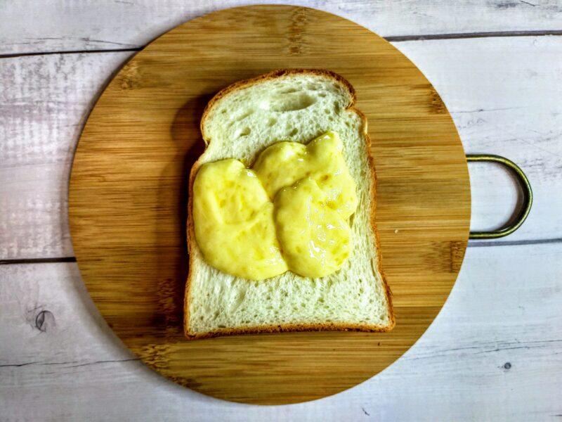 パンにチーズをのせた写真