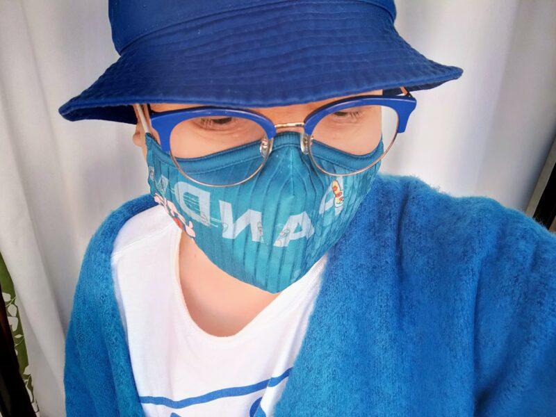 ブルーのカーデガンを着た写真